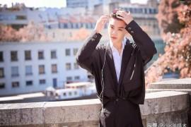 Justin黄明昊,身材特别纤瘦有型,穿正装是非常好看的