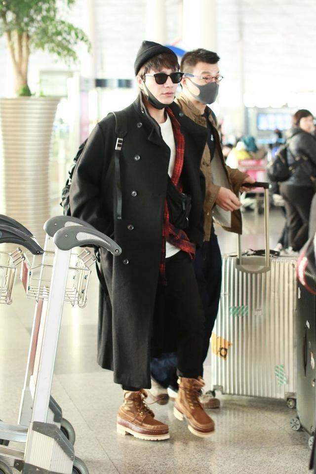 陈坤机场这么穿够吸睛,大衣配墨镜潮范十足