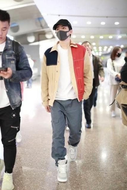 侯明昊现身机场,拼色夹克配工装裤,潇洒帅气展现型男魅力