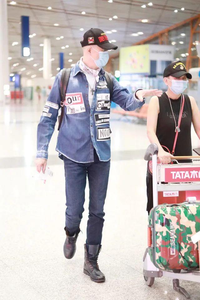 60岁徐锦江打造硬汉风,牛仔衬衫+皮靴够时髦,没想到这么会穿